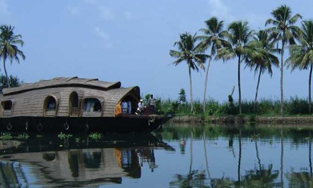 Kurangani ,MUNNAR ,Vembanad Lake is a lagoon located in the district of Alleppey in the South-Indian state of Kerala. This expansive lake/ lagoon is longest lake in the country and the largest Lake in-RENGHA HOLIDAYS